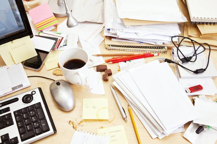 Una scrivania disordinata non è professionale per lavoro al pubblico