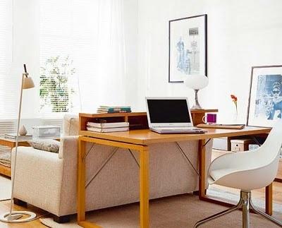 I tavoli per computer dietro al divano possono decorare e migliorare lo spazio