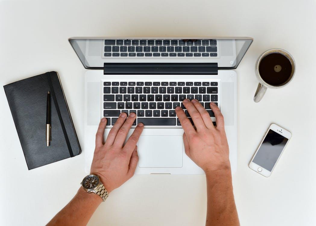 Scrivania Ufficio Organizzata : Come mantenere ordinata la scrivania da lavoro novità e